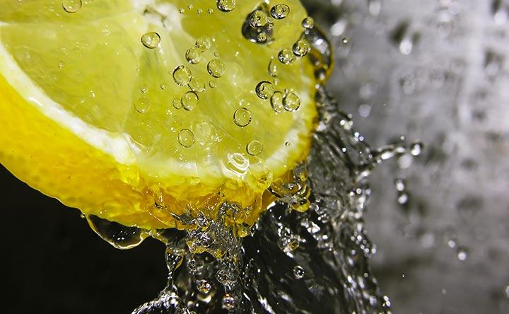 Acqua e limone e reflusso acido, il legame