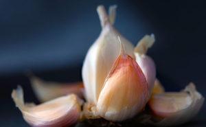 I 7 trucchi per massimizzare i benefici dell'aglio in cucina